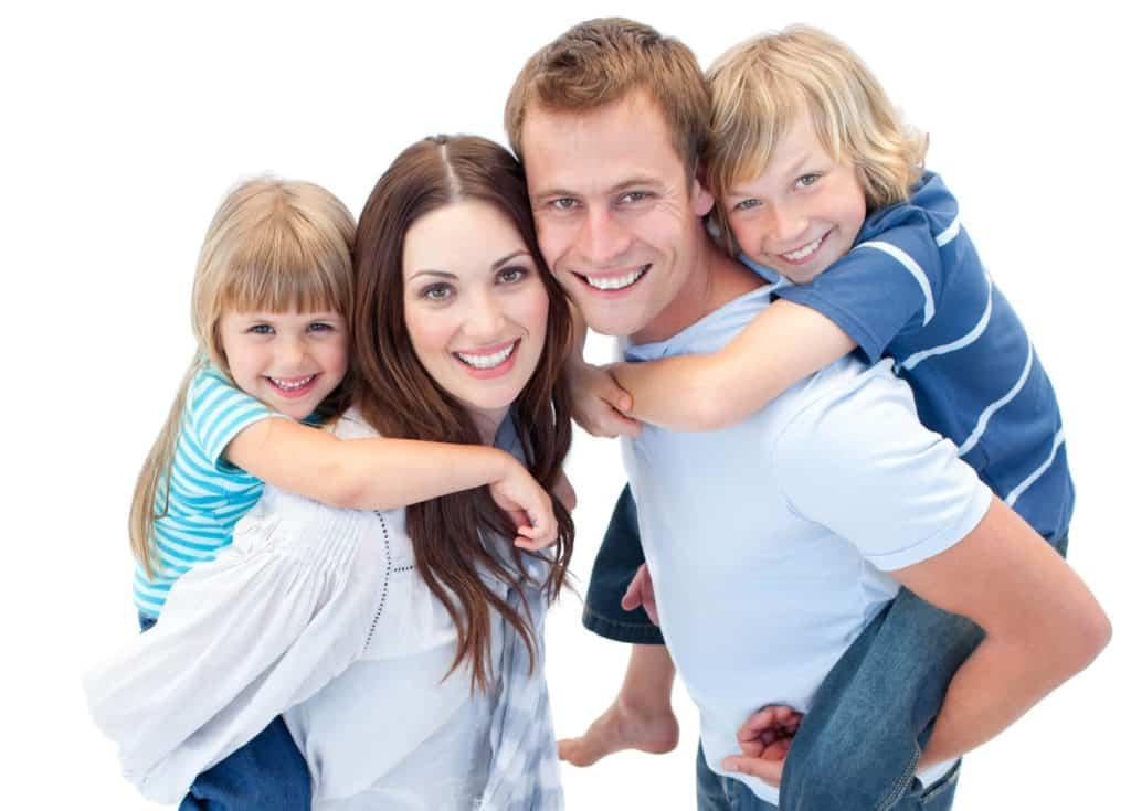 Egy nő a saját lányával és egy férfi a fiával, mindannyian mosolyognak.