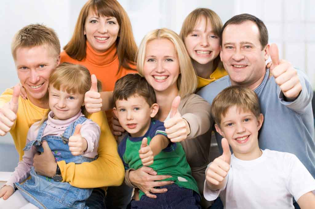 Egy nagy és boldog család, különböző korú gyermekekkel.